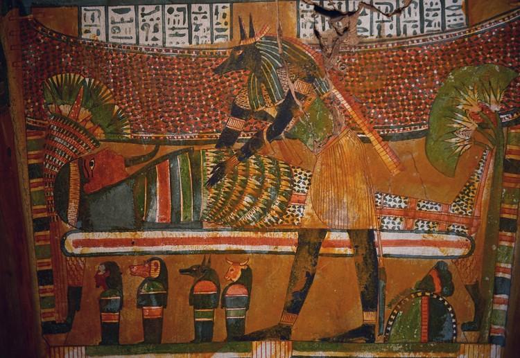 Бог бальзамирования Анубис, склонившийся над мумией. Роспись саркофага, 11 в. до н.э. Каир, Египетский музей. Фото: Виктор Солкин