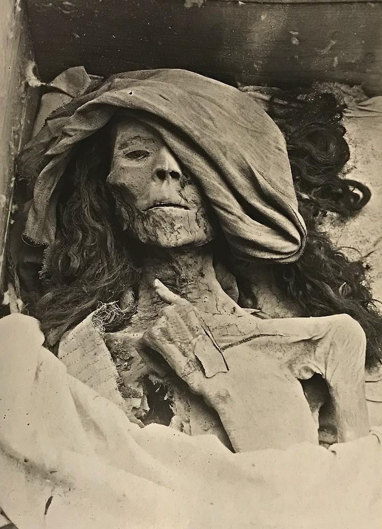 Мумия царицы Тейе. Фото сделано во время находки мумии в 1898 году. Милан, Центр египтологии миланского университета, архив Виктора Лоре