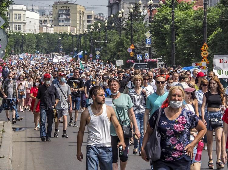 Среди протестующих выделялось ядро. Точнее несколько ядер.