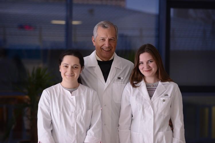 Сотрудники лаборатории исторической генетики МФТИ, слева направо Ирина Альборова, Харис Мустафин, Алина Мацвай. Предоставлено Харисом Мустафиным, МФТИ