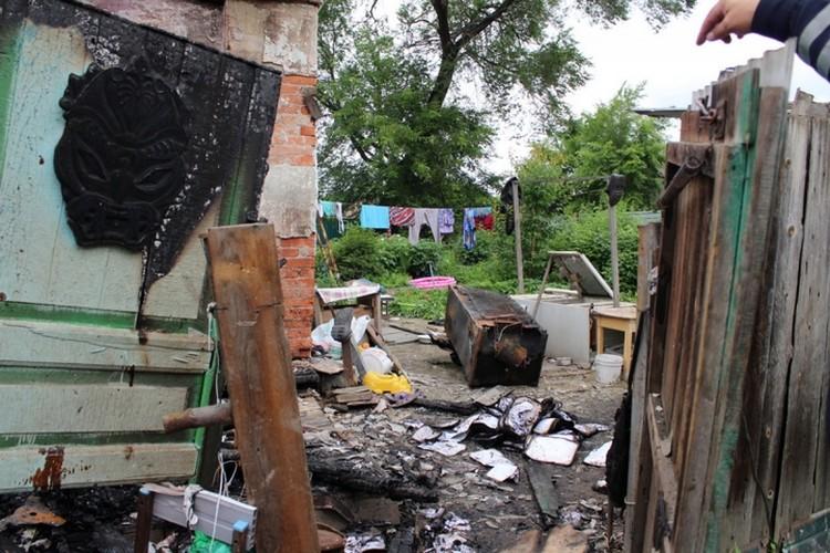 Горел барак, в котором живут 6 семей.