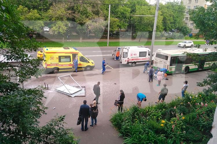 Автобус вылетел на остановку в Люблино. Фото: Ким БАГИРОВ