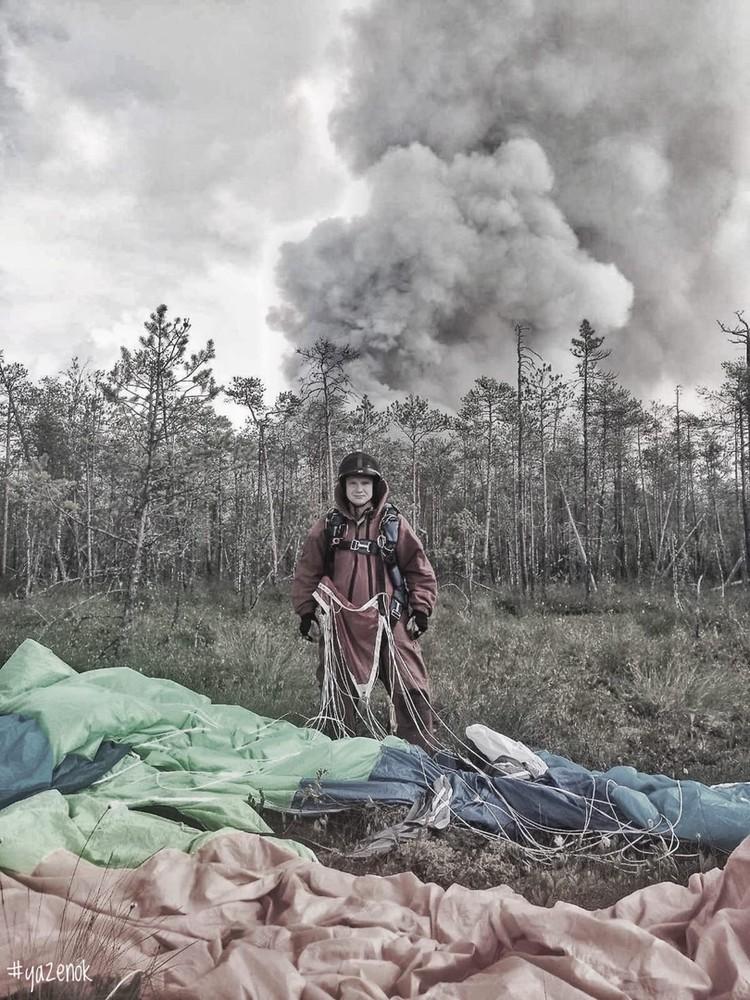 Парашютист-пожарный Базы авиационной и наземной охраны лесов Югры Артем Язёнок почти две недели провел в тайге на тушении лесных пожаров. Фото: Правительство Югры