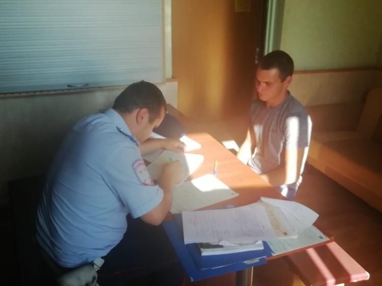 Личность молодого человека быстро установили и доставили его в отделение Фото: ГИБДД Свердловской области