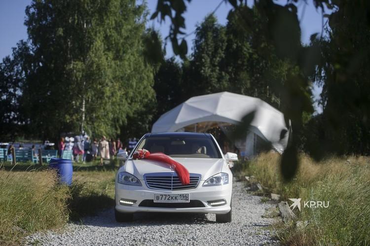 Белый автомобиль класса «люкс», который забирал молодоженов из ЗАГСа, тоже был бесплатным