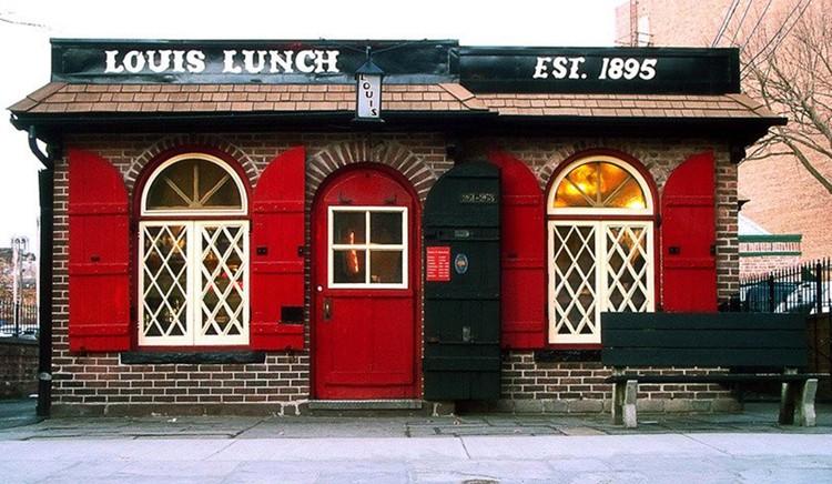 Ресторан, в котором впервые подали гостю гамбургер, сменил адрес. Но здание осталось то же. Фото: Louis' Lunch @ Facebook