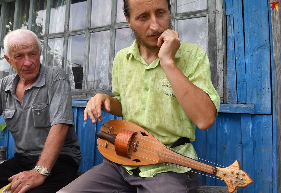 Сосед услышал, как у Андрея во дворе играет лира - зашел посмотреть. Фото: Виктор ДРАЧЕВ