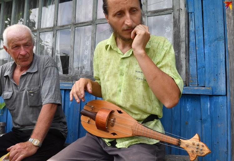 Сосед услышал, как у Андрея во дворе играет лира - зашел посмотреть.