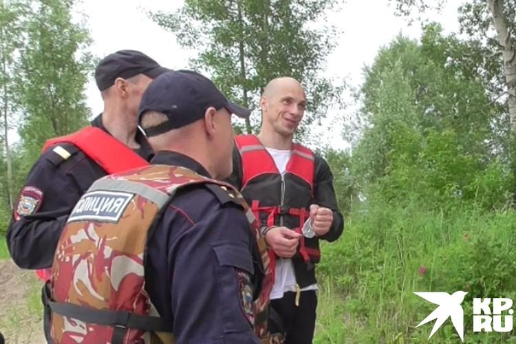 На берегу реки бывший спецназовец подарил пленнице цветы. Об этом он рассказывает следователям. Фото: СУ СКР по Новосибирской области.