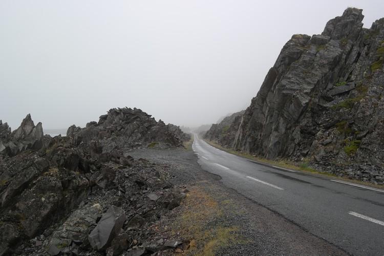 Туманная дорога из Варде в Хамнинберг - бывшую рыбацкую деревню на краю Европы.