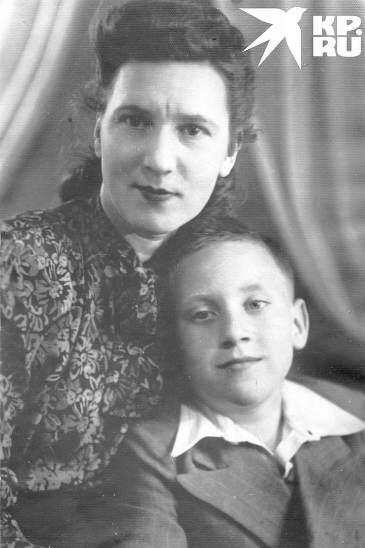 Владимир Высоцкий с матерью Ниной Максимовной. Москва, 1950 г. Фото: Государственный музей Владимира Высоцкого.