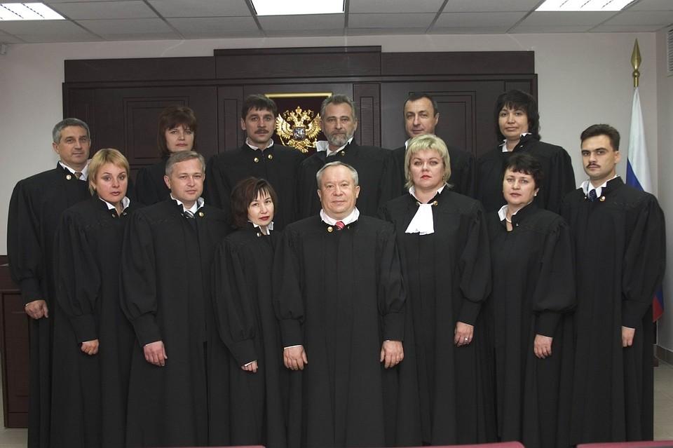 Пострадавшей оказалась судья Шестого кассационного суда (третья слева в нижнем ряду)