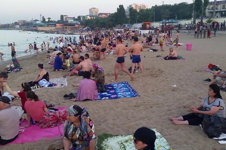 Даже на пляже в республике по традиции нужно закрываться платком и носить закрытую одежду