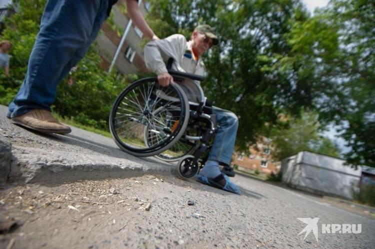 Даже такой невысокий бордюрный камень в одиночку преодолеть на инвалидном кресле сложно - оно легко может опрокинуться.
