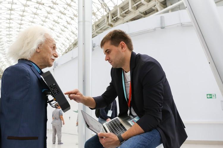 Робот-Эйнштейн работает на различных выставках