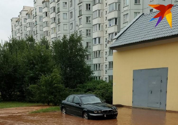 Вода залила салоны нескольких авто. Фото очевидца