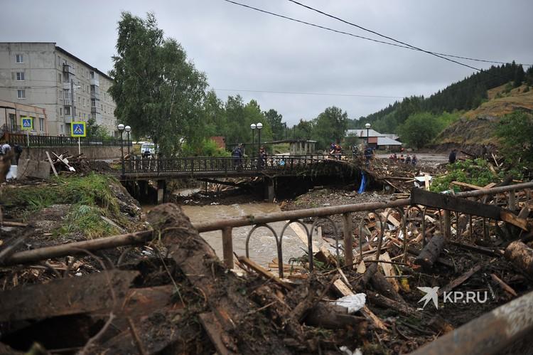 Потоп разрушил десятки домов.