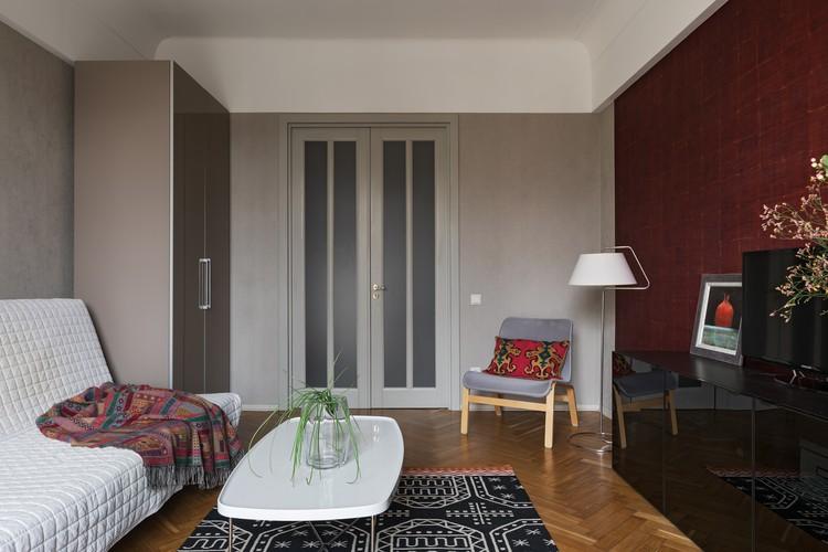 Поскольку квартира очень солнечная, использовала сдержанную цветовую гамму, только в зале стену сделали яркой. Фото: Егор ПЯСКОВСКИЙ