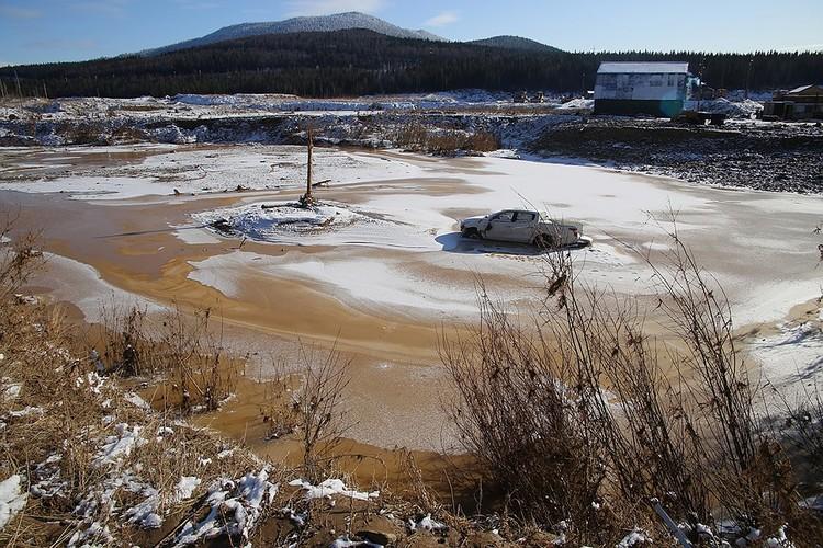 С каждым днем реку все больше сковывало льдом. На фото - октябрь 2019.