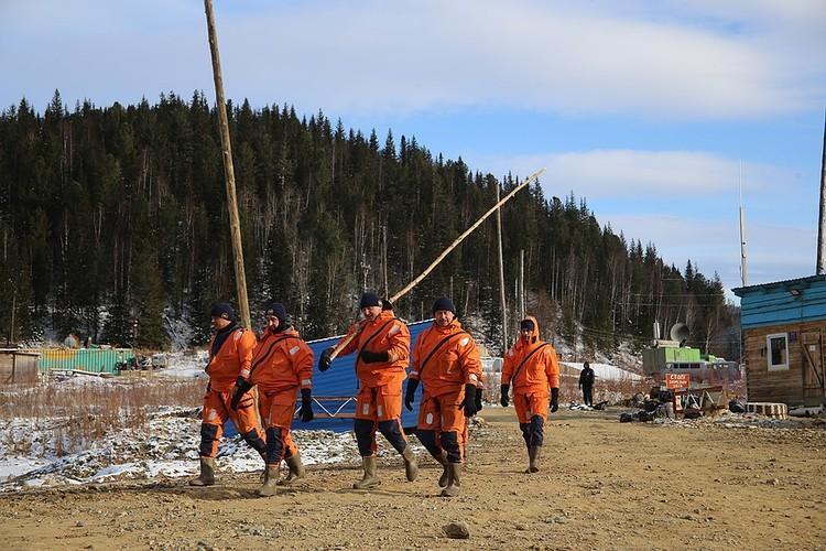 Спасатели со щупами идут на поиски пропавших.