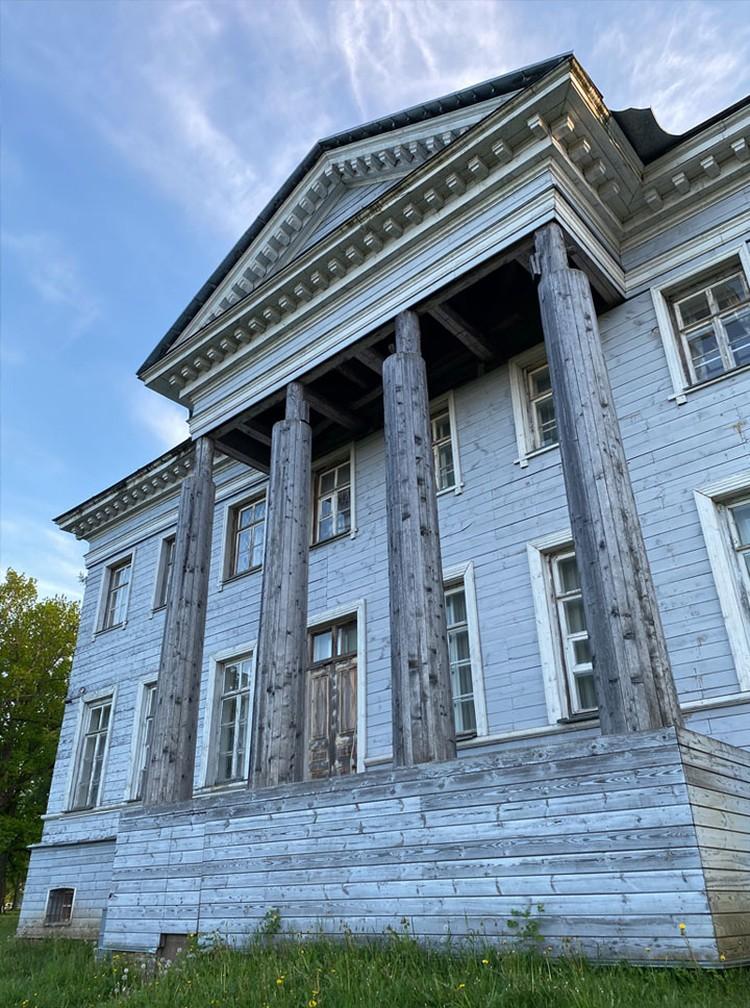 Деревянная усадьба, построенная в конце XVIII века - одна из самых знаменитых достопримечательностей Гатчинского района Ленобласти.