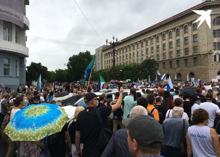 Жители Хабаровска традиционно собрались у здания администрации Хабаровского края
