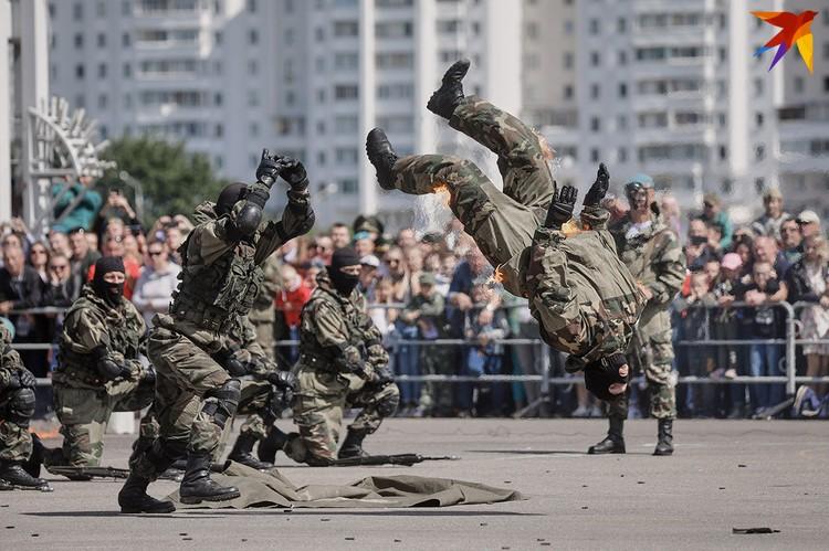 В центре Минска отметили 90-летие создание воздушно-десантных войск.