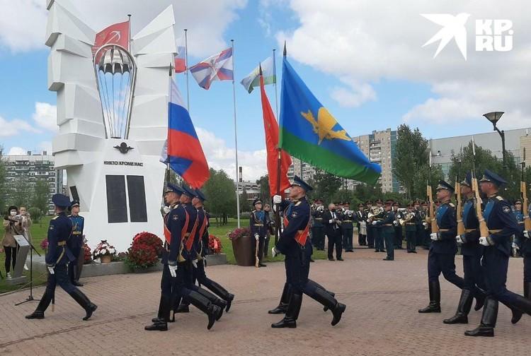 В память о погибших десантников почетный караул торжественно пронес флаги