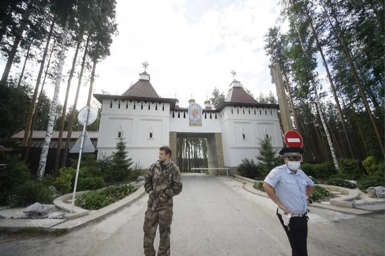 """Этим летом у монастыря дежурят то """"казаки"""", то полиция"""