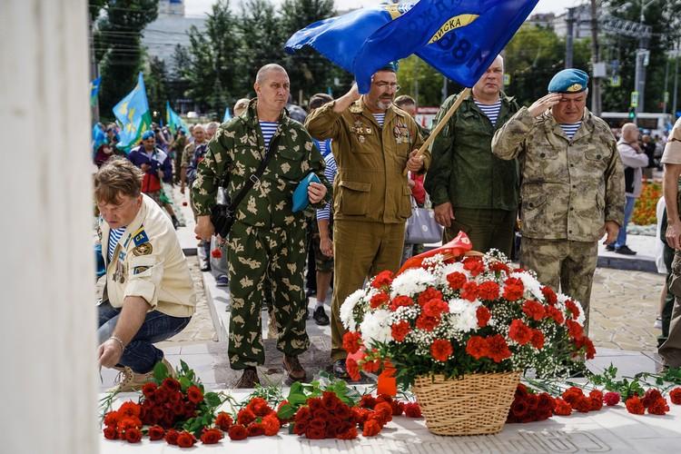 К памятнику героям необъявленных войн ставят цветы