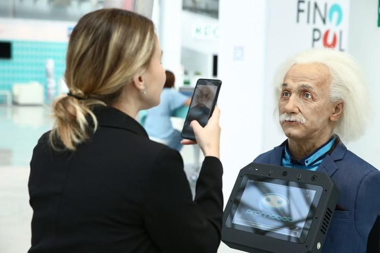 Эйнштейн работает на выставках. Фото: Promobot