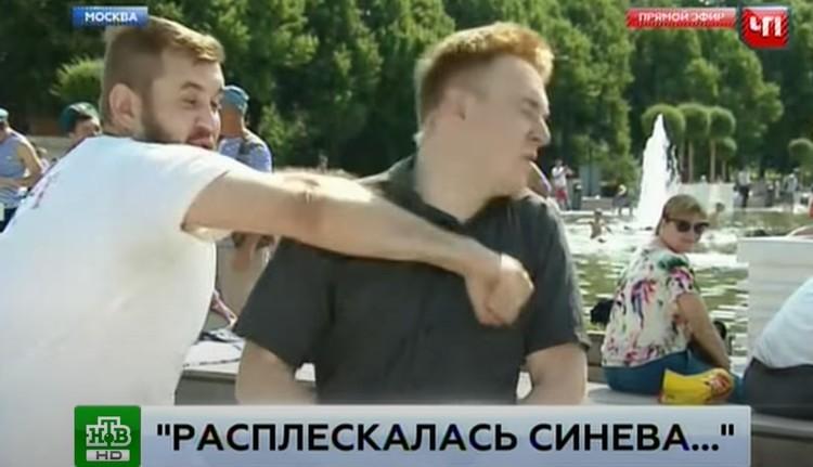 Кадр из скандального эфира НТВ, когда корреспондент Никита Развозжаев получил удар кулаком в лицо.