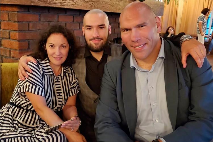 Николай Валуев с семьей.