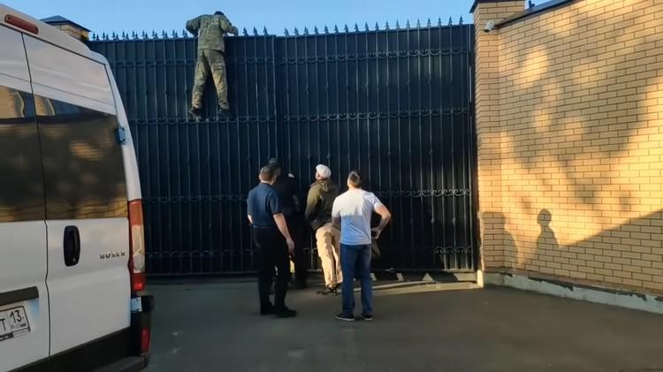 Дом огорожен пятиметровым забором