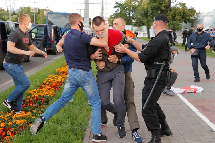 Лукашенко в своем предвыборном обращении к народу пообещал жестко подавить протест.