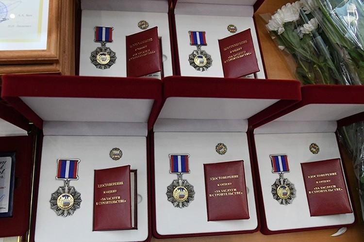 Знаки отличия за заслуги в строительстве вручили омским строителям накануне профессионального праздника. Фото: Омская Губерния