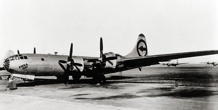 "Бомбардировщик ""Б-29"", сбросивший атомную бомбу 6 августа 1945 года."