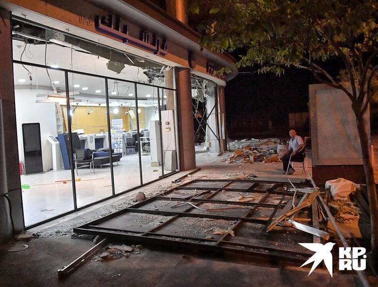 Владельцы лавок и магазинов ночью дежурят возле них, опасаясь мародерства.