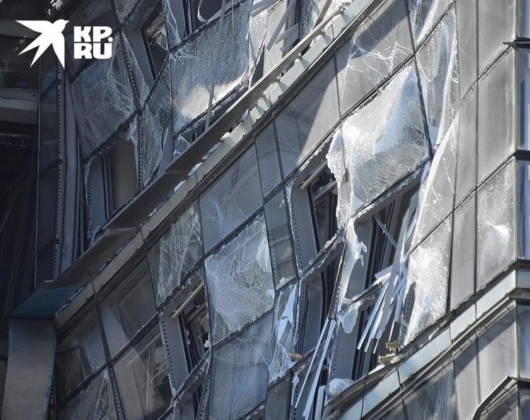 Взрывная волна вдавила стену этого многоэтажного дома.