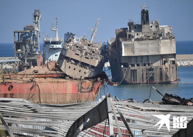 Пострадавшие от взрыва корабли в порту Бейрута.