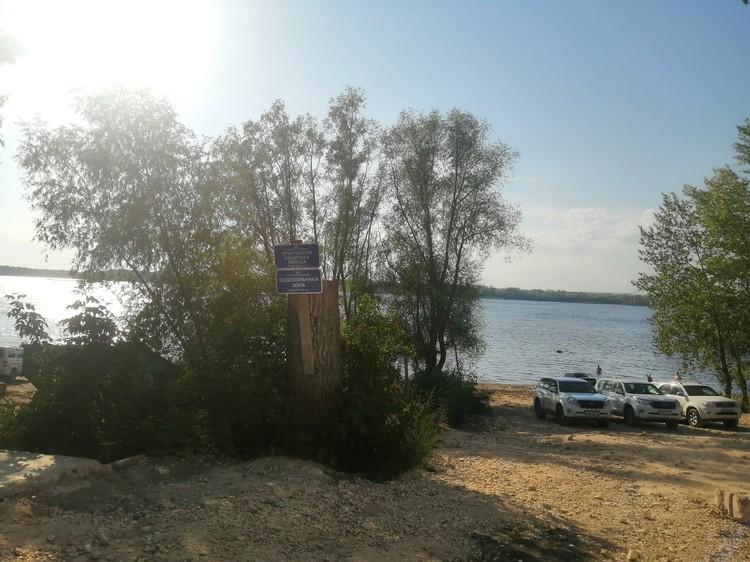 """Знак """"водоохранная зона"""" совершенно не мешает автомобилистам ставить машины на песке"""