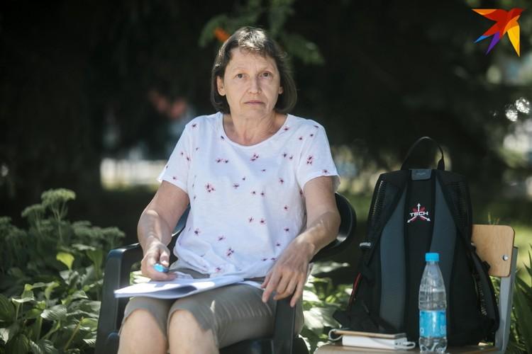 Ирину попросили освободить скамейку. Один стул ей принесли волонтеры, второй - вынесла директор школы