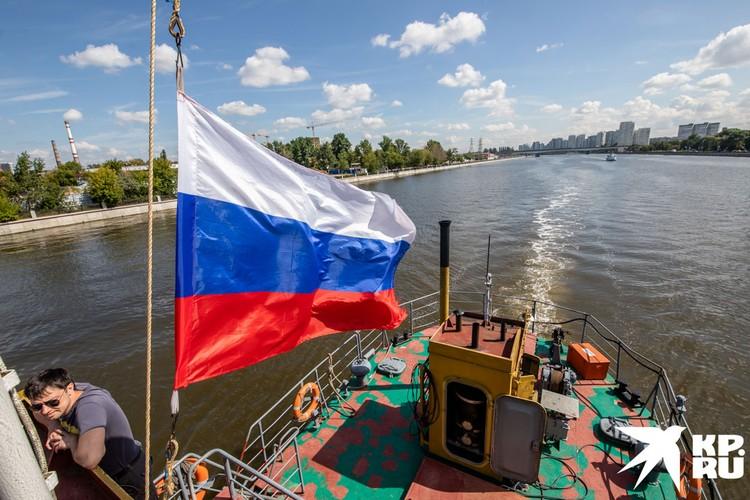 Над судном реет флаг.