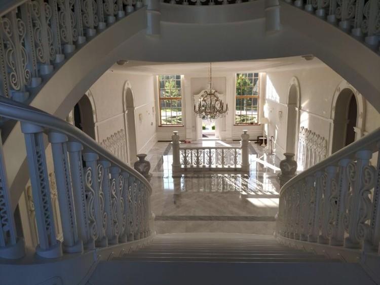 По оценкам риэлторов, подобный объект недвижимости может стоить от 300-350 млн рублей. Фото: Столица С