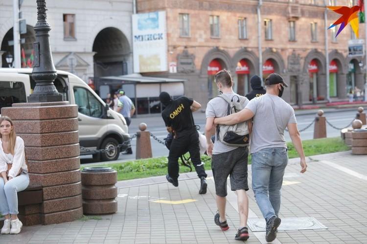 Задерживали и люди в гражданской одежде