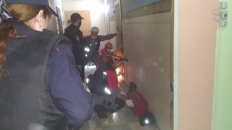 Массивную металлическую дверь вскрывали спасатели