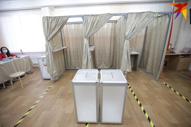 Открытые кабинки - одна из особенностей этих выборов