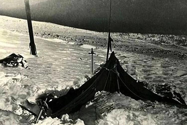 Через месяц после пропажи туристов спасатели нашли на склоне безымянного перевала разрезанную палатку и пять замерзших тел в радиусе полутора километров от нее. Фото: из архива фонда памяти группы Дятлова.