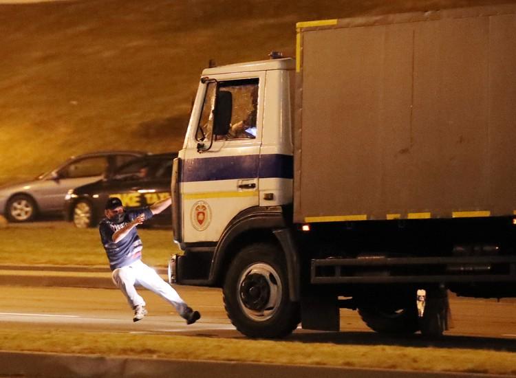 В Минске на проспекте Победителей машина спецтехники сбила человека