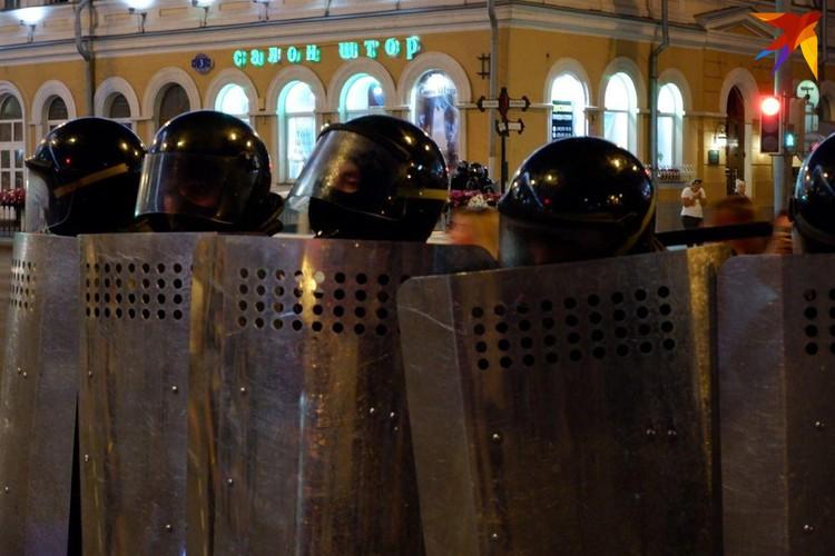По неофициальным данным, задержаны уже больше сотни человек, но серьезных стычек с правоохранителями пока не было.